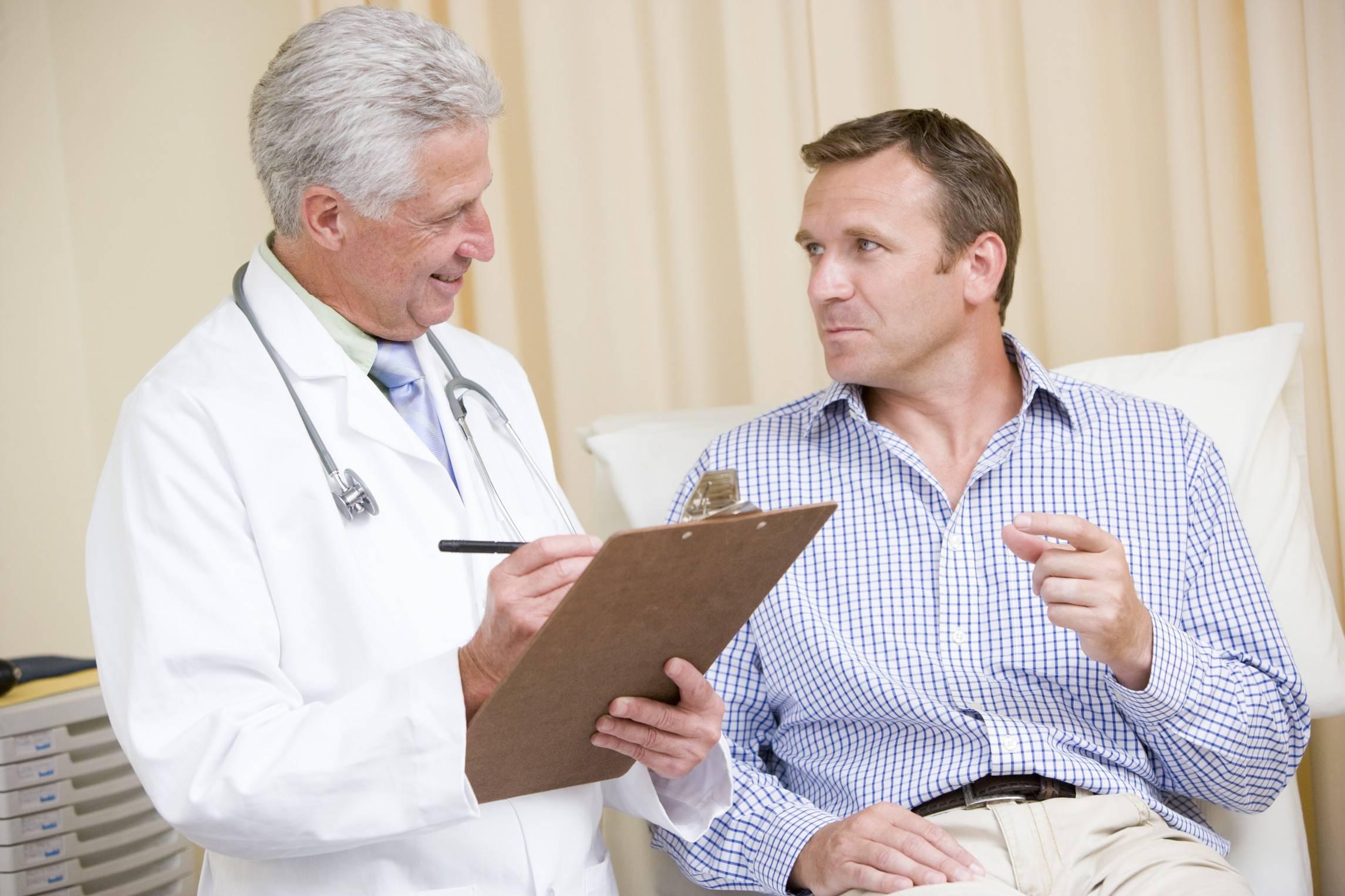 врач уролог лечит камни в почках