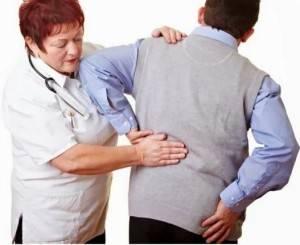 Врач обследует больного с почечной коликой