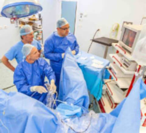 Хирурги проводят операцию по удалению опухоли