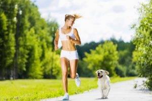 Девушка бежит с собакой
